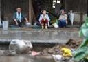 孤立の被災地 雨水飲む人も(毎日新聞)